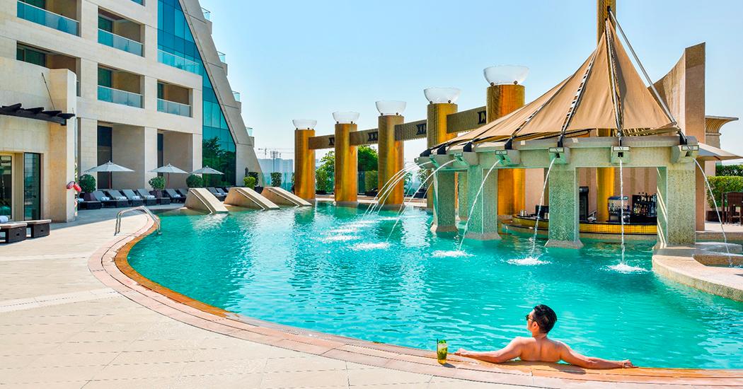 Raffles Dubaiのプールへのアクセス