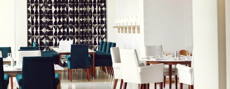 مطعم أزور بفندق رافلز دبي