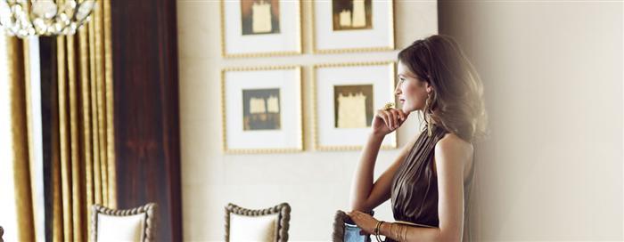 Номер категории «Middle Eastern» Женщина в номере в отеле Raffles Dubai