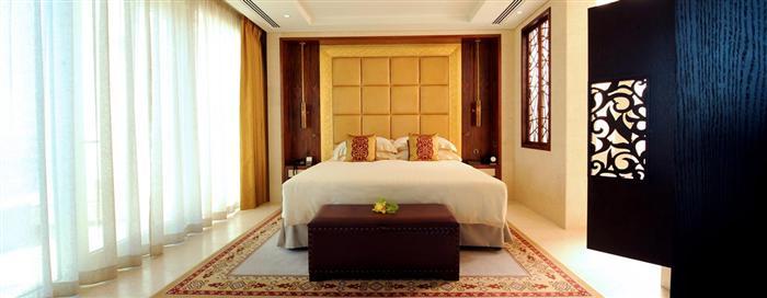 Спальня в дипломатическом номере люкс в отеле Raffles Dubai