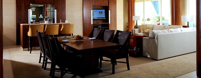 Гостиная и обеденная зона в номере люкс категории «Landmark» в отеле Raffles Dubai