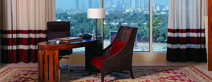 Рабочий стол в номере люкс категории «Deluxe Landmark» в отеле Raffles Dubai