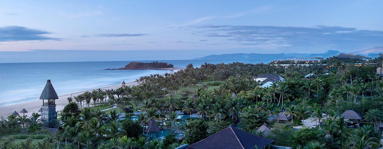 Вид на море и сад в Raffles Hainan