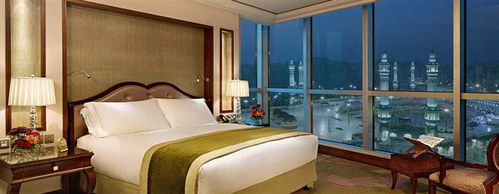 غرفة النوم الخاصة بالجناح المميز في فندق رافلز مكة