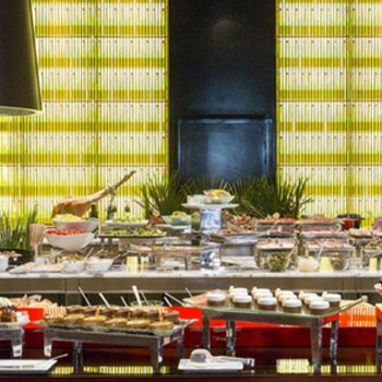 Le bar long le royal monceau raffles paris le royal for Restaurant la cuisine royal monceau