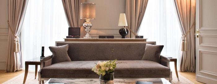 غرفة النوم الخاصة بجناح رافلز الرئاسي في فندق رافلز باريس (Raffles Paris)