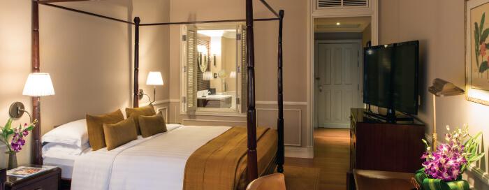 Raffles Hotel Le Roya(ラッフルズ ホテル ル ロイヤル)のバルコニー スイートのベッドルーム