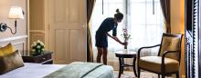 Détail de la chambre au Raffles Hotel Le Royal