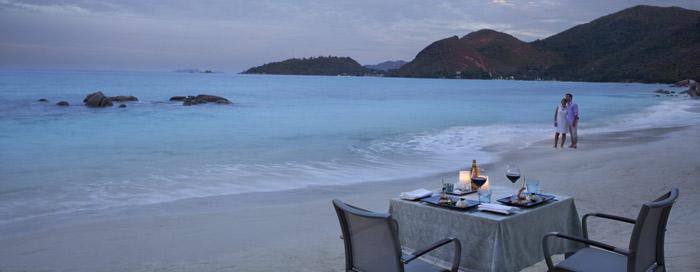 Petit-déjeuner dans la villa au Raffles Seychelles