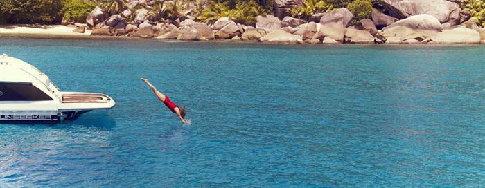 Plongée depuis un bateau au Raffles Seychelles