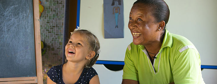 Enfants à l'extérieur du Raffles Seychelles