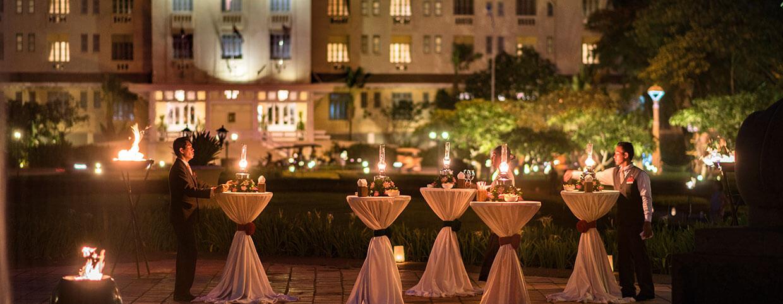 Cocktail en soirée dans le jardin royal au Raffles Hotel d'Angkor