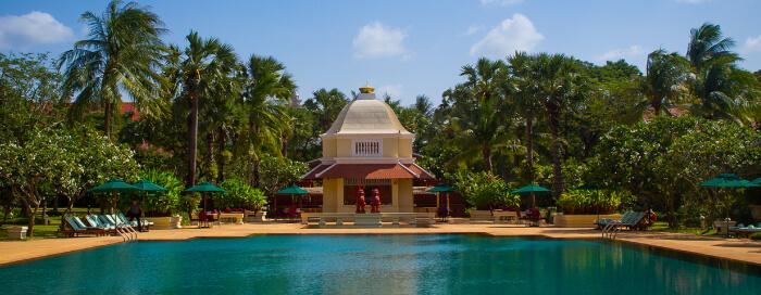 Restauration sur la terrasse au bord de la piscine au Raffles Hotel d'Angkor