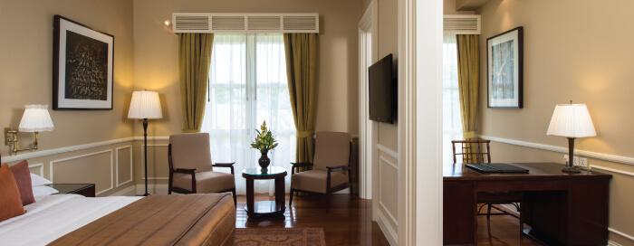 Chambre d'une suite coloniale au Raffles Hotel d'Angkor