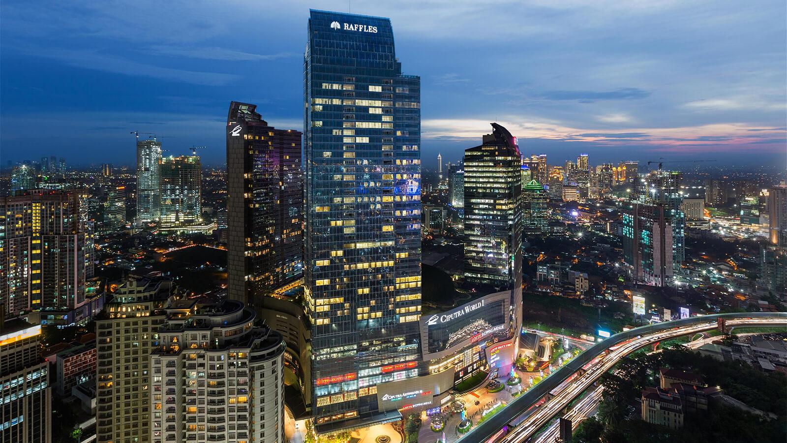 Фасад отеля Raffles Jakarta ночью